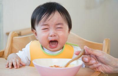 Bé hay quấy khóc khi ăn cũng là biểu hiện của tình trạng biếng ăn