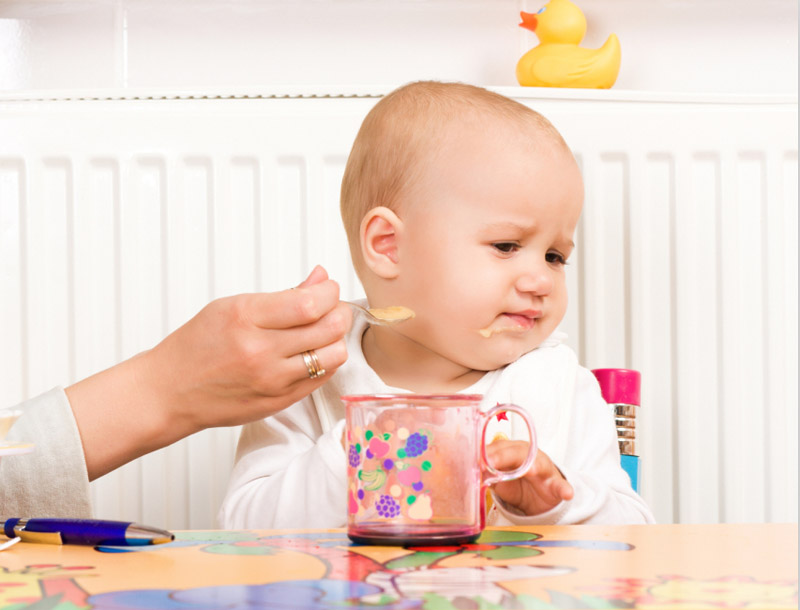 Trẻ biếng ăn khi đi lớp