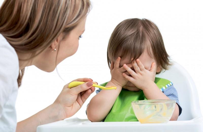 Trẻ ăn dặm biếng ăn.