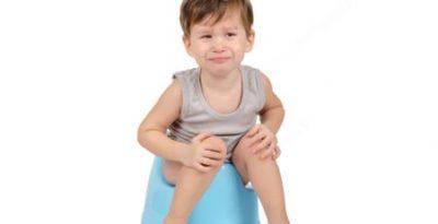 1 tháng gần đây bé bị táo, có khi 5-6 ngày mới đi 1 lần, phải thụt mới đi được, bé khó chịu, quấy khóc khi đi cầu