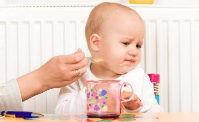 Bé biếng ăn, ăn cơm hay ngậm thì phải làm thế nào?